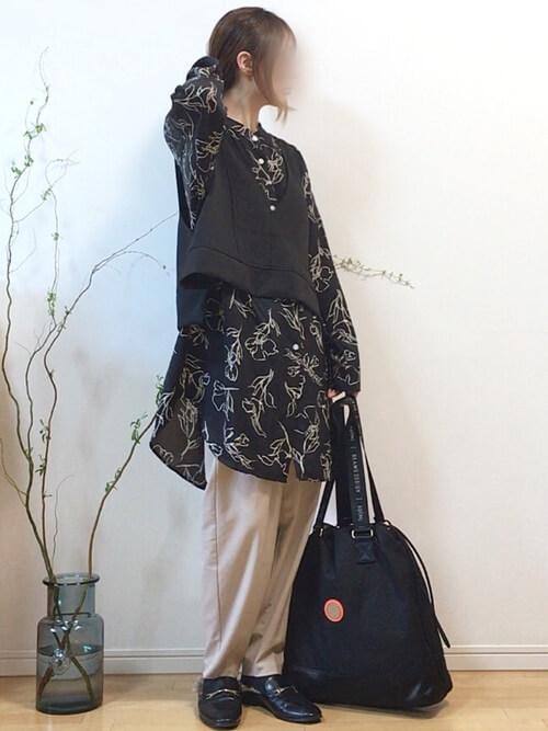 ロングシャツ×黒のベスト×ベージュのパンツ×黒のファーサンダル