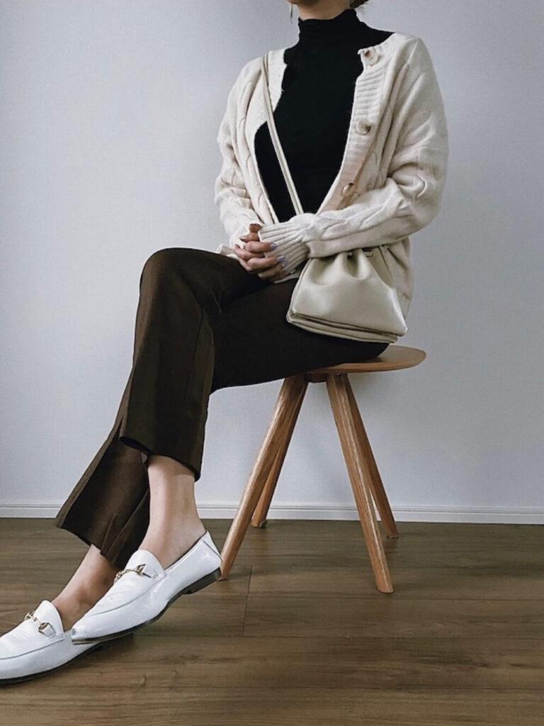 白のカーディガン×スラックスパンツ×白のビットローファー×黒のニット・セーターの秋コーデ