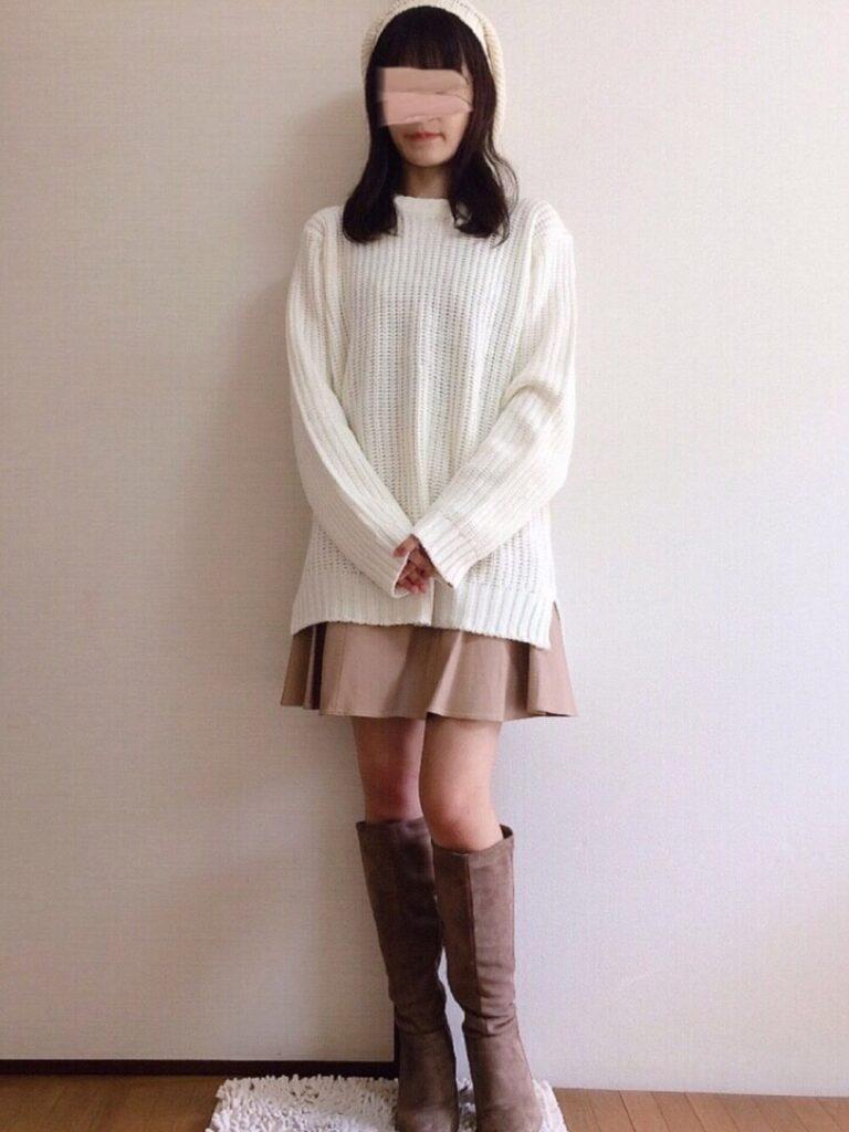 台形スカート×白のニット×ロングブーツ×ニット帽