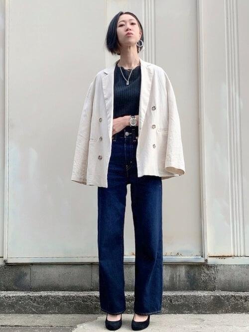 白のテーラードジャケット×黒のTシャツ×デニムパンツ×黒のパンプス