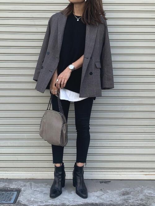 グレーのテーラードジャケット×黒のベスト×白のTシャツ×黒のパンツ×黒のブーツ