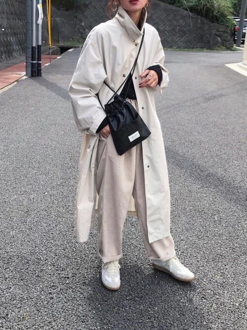 ベージュのコーデュロイパンツの着こなし:トレンチコートを合わせる