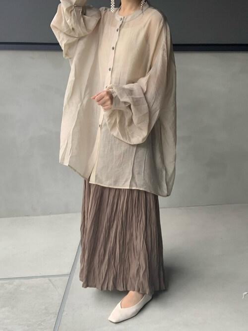 バレエシューズ×ベージュのシアーシャツ×ベージュのスカート