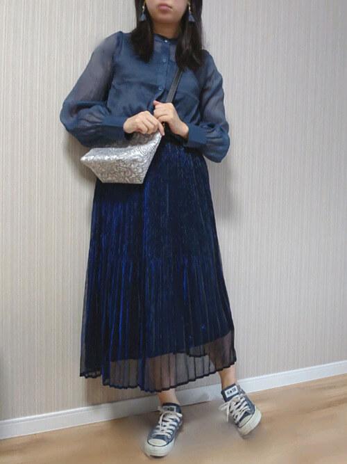 ネイビーのプリーツスカート×ネイビーのシアーシャツ×ネイビーのスニーカー×ペイズリー柄バッグ