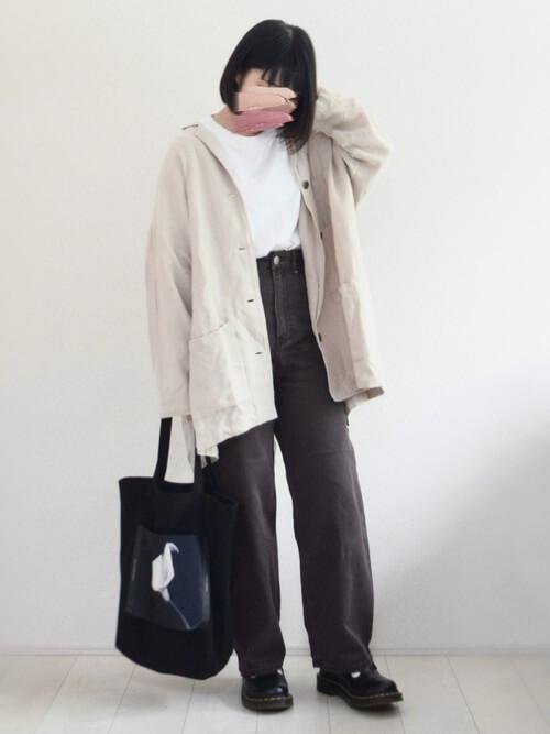 白のテーラードジャケット×白のTシャツ×ブラウンのパンツ×黒のブーツ