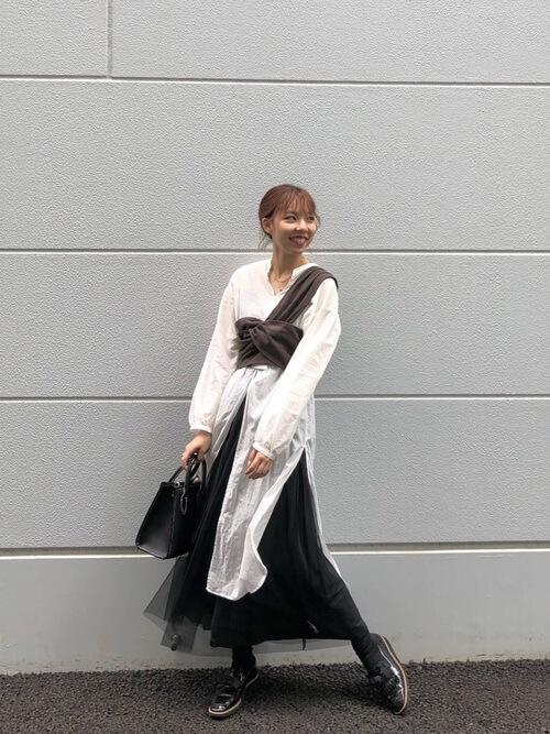 ロングシャツ×ブラウンのワンショルダービスチェ×黒のチュールスカート×黒のブーツ