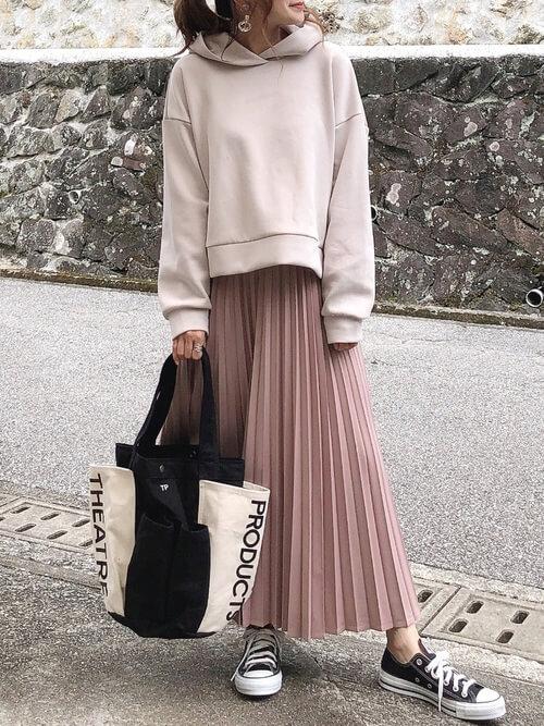 ピンクのプリーツスカート×グレージュのパーカー×黒のスニーカー