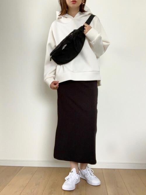 白のパーカー×黒のタイトスカート×白のスニーカー×黒のウエストポーチ