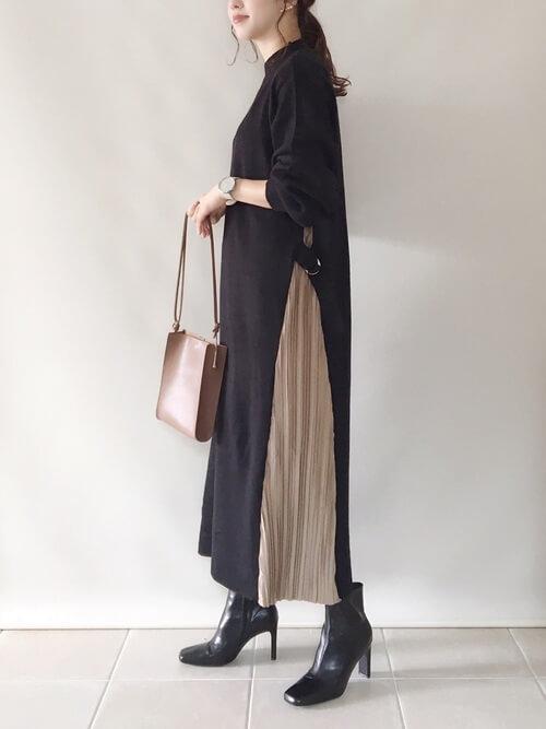 黒のショートブーツ×黒のサイドプリーツワンピース×ブラウンのバッグ