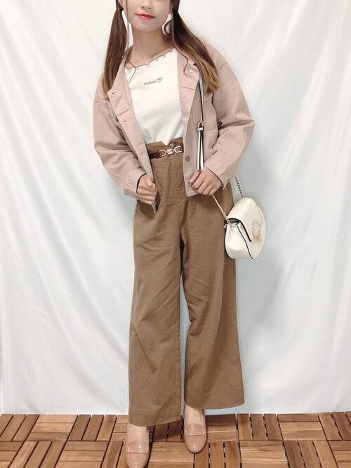 ピンクのジャケット×白のメロートップス×ブラウンのパンツ×ピンクのローファー