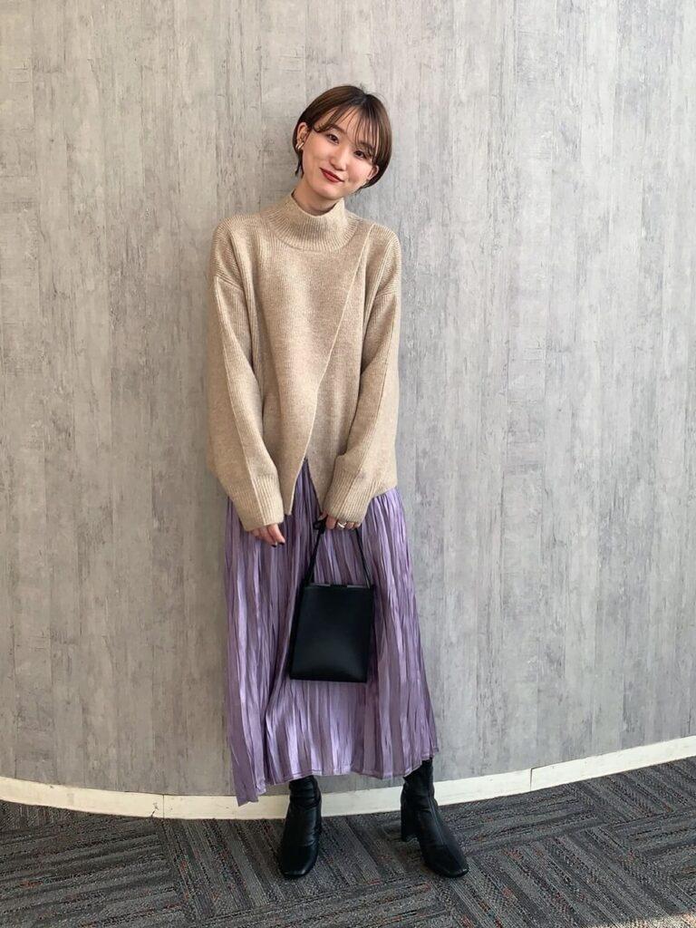 紫のワッシャープリーツスカート×黒のショートブーツ×ベージュのニット・セーターの秋コーデ