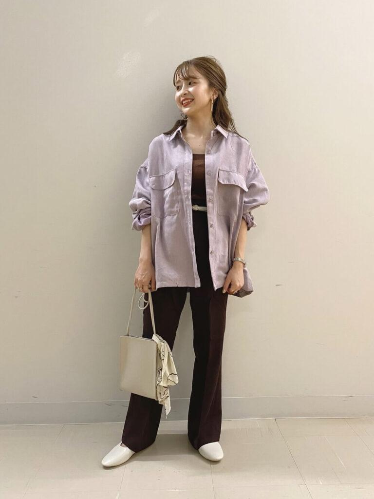 紫のミリタリーシャツ×茶色のタンクトップ×フレアパンツ×バレエシューズの秋コーデ
