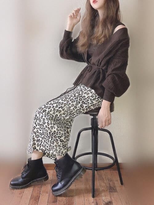 茶色のカーディガン×黒のタンクトップ×レオパード柄のスカート×黒のブーツ