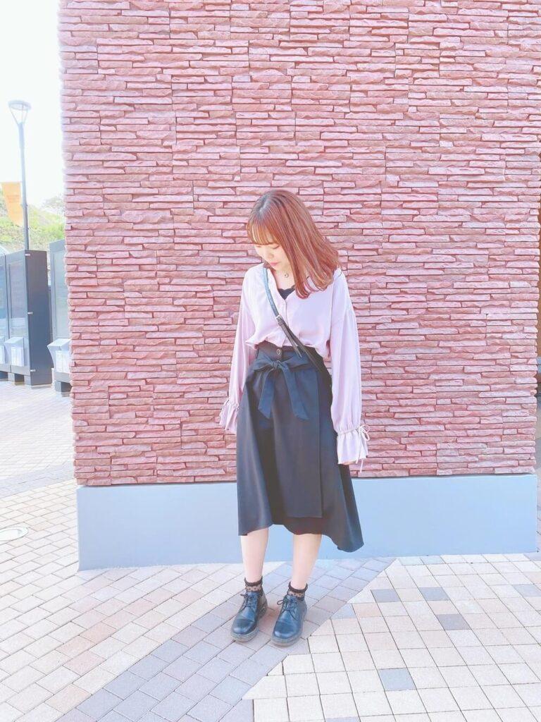 ヘムスカート×白のキャンディースリーブシャツ×ブーツ