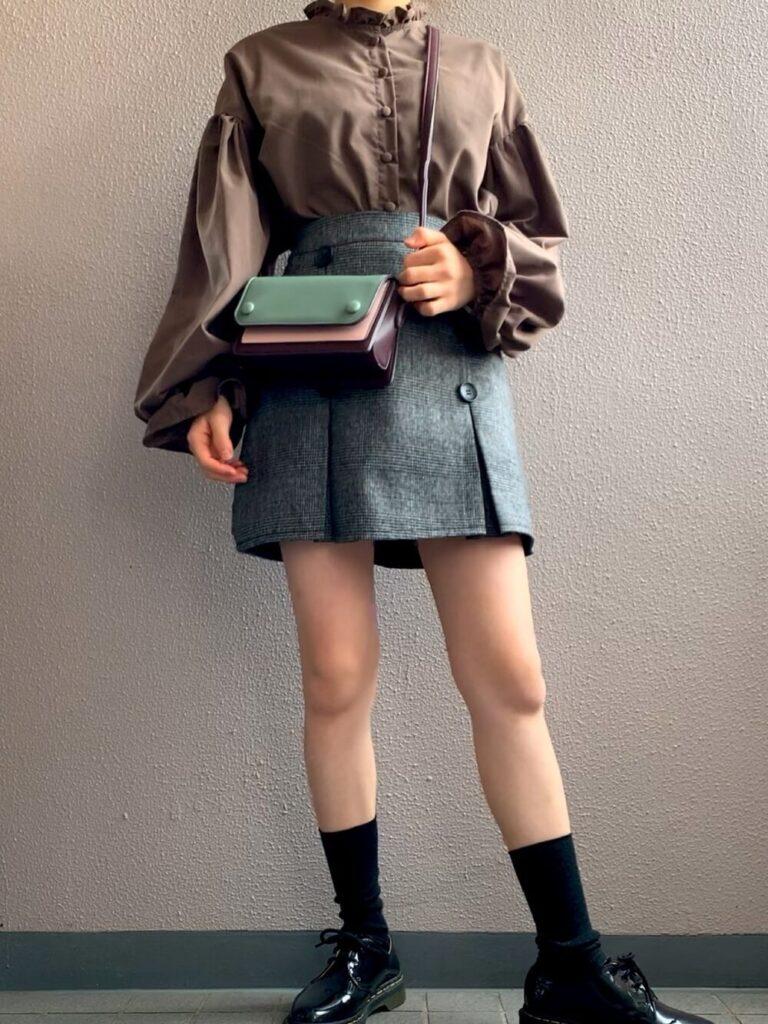 ボリュームスリーブシャツ×レーザーミニスカート×ローファーの秋コーデ