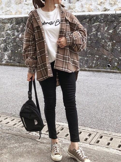 チェック柄のネルシャツの着こなし方:オーバーサイズでゆるっとカジュアルに!