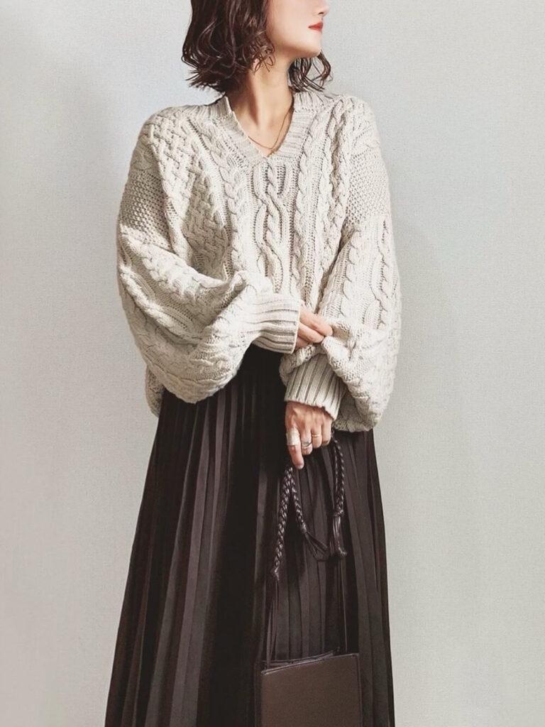 茶色のプリーツスカート×ベージュのニット・セーターの秋コーデ