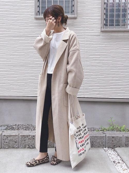 バレエシューズ×ベージュのチェスターコート×白のTシャツ×黒のパンツ