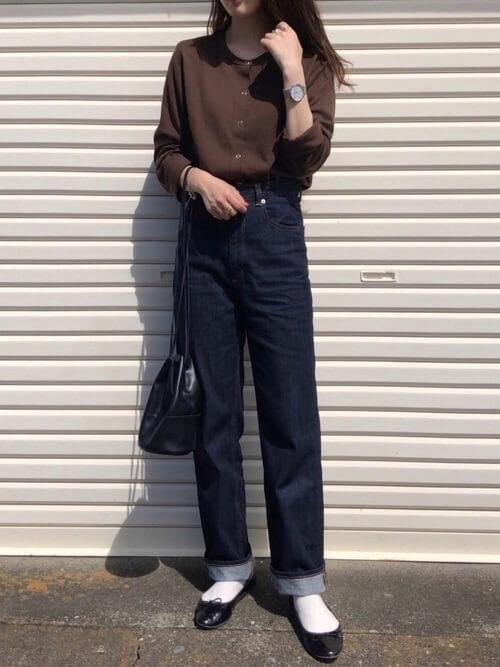 茶色のカーディガン×デニムパンツ×黒のパンプス×白の靴下