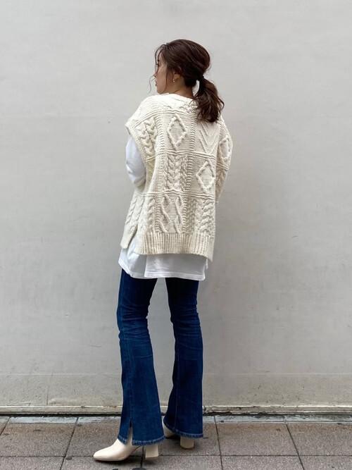 フレアデニム×白のロンT×白のケーブルベスト×ベージュのブーツ