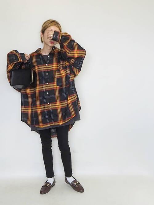 ネルシャツ×黒のスキニーパンツ×ブラウンのローファー×黒のバッグ