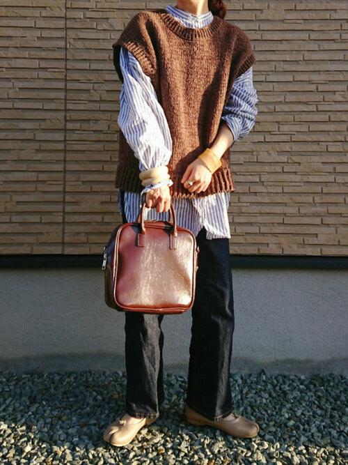 フレアデニム×ストライプシャツ×ブラウンのベスト×ベージュの足袋パンプス