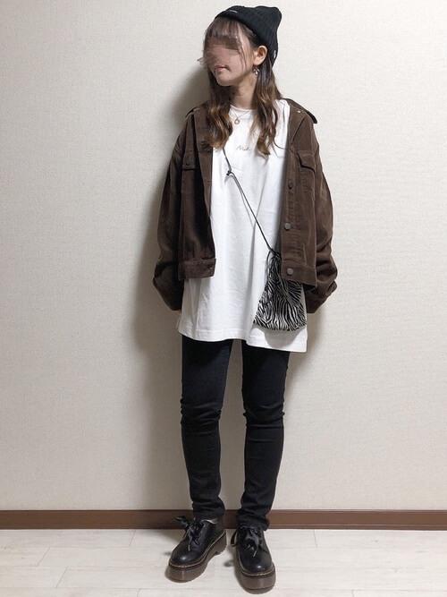 スキニーパンツ×ブラウンのコーデュロイジャケット×白のカットソー×黒のブーツ