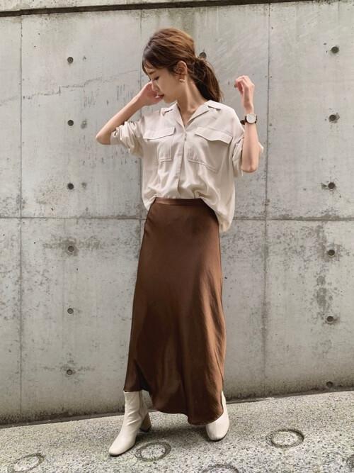 グレーのブーツ×ベージュのシャツ×ブラウンのスカート