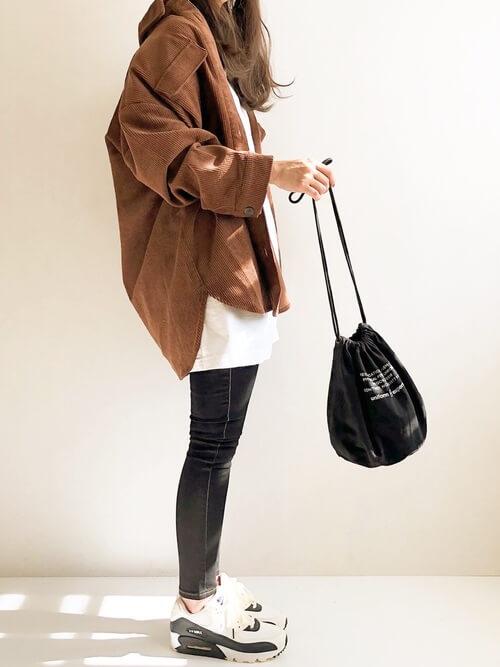 ブラウンのジャケット×Tシャツ×黒のスキニーパンツ×ナイキのスニーカー