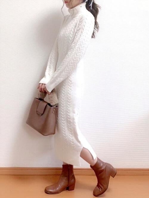 茶色のショートブーツ×白のニットワンピース×ブラウンのファーバッグ