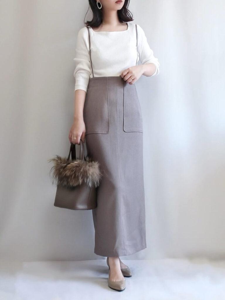 白のニットセーター×サロペットスカート×レインパンプス