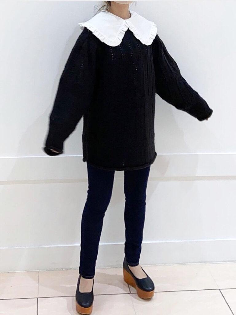 フリル襟×黒スキニー×厚底パンプス×黒のニット・セーターの秋コーデ