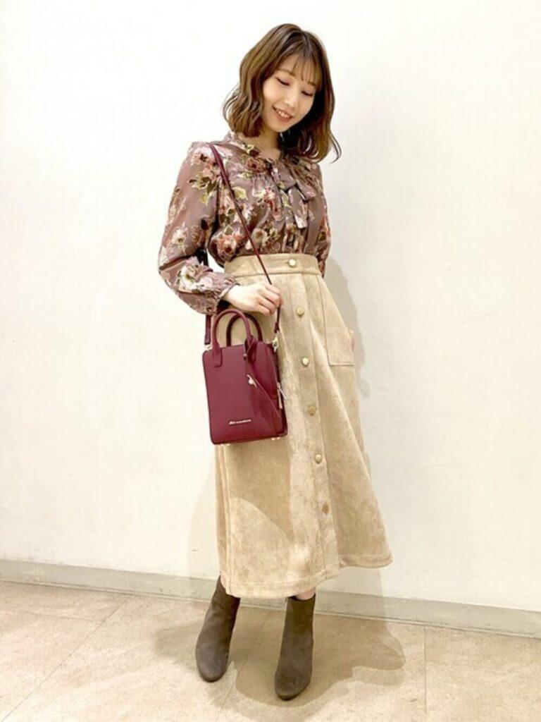 花柄シャツ×フロントボタンスカート×ショートブーツの秋コーデ