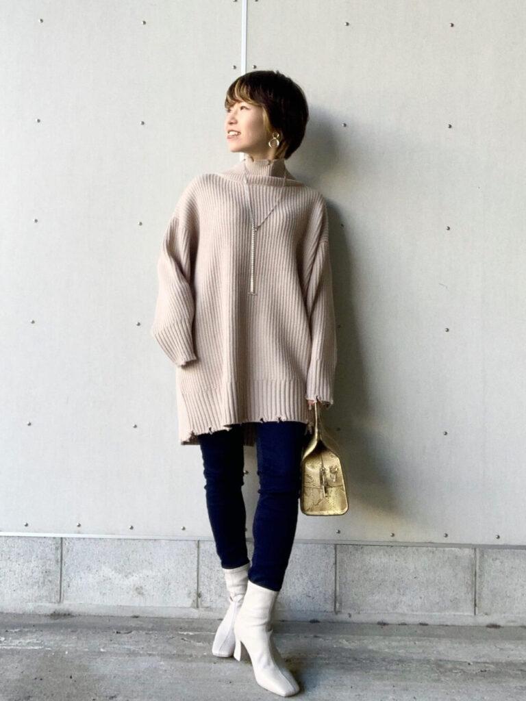 スキニーデニム×白のショートブーツ×ベージュのニット・セーターの秋コーデ