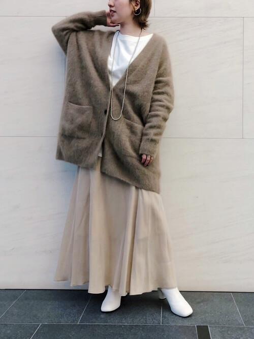 白のブーティ×ブラウンのカーディガン×白のTシャツ×ベージュのスカート