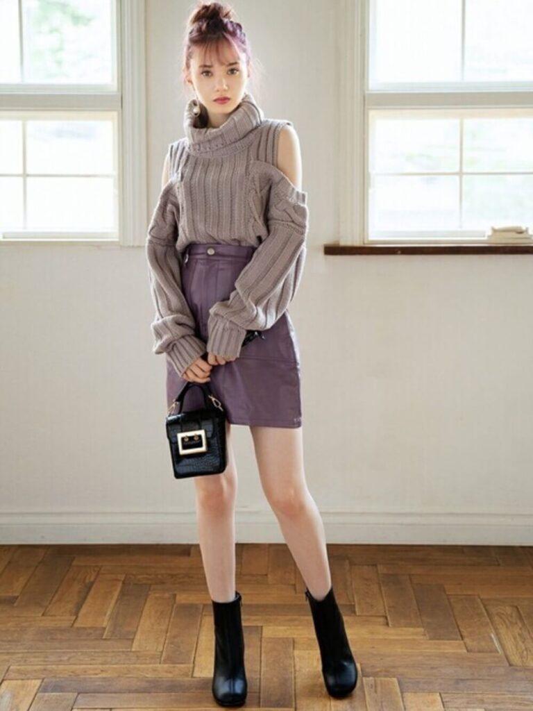 台形スカート×オープンショルダーニット×ショートブーツ