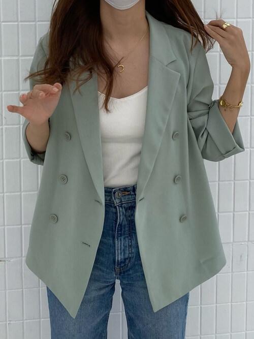 緑のテーラードジャケット×白のカットソー×デニムパンツ