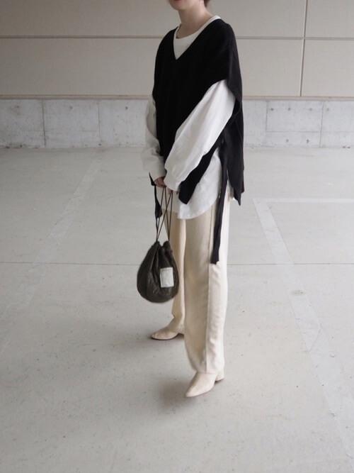 ニットベスト×白のロンT×白のパンツ×白のブーツ