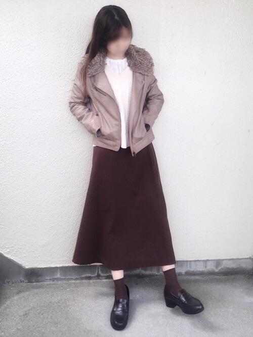 ピンクのジャケット×白のブラウス×白のベスト×ブラウンのスカート×黒のローファー