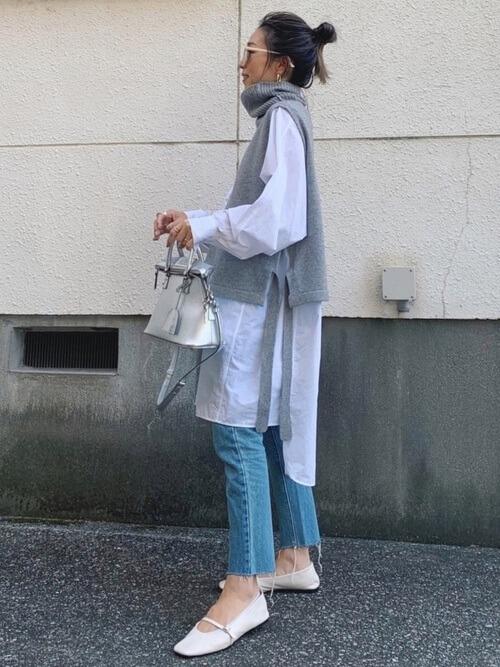 ロングシャツ×グレーのニットベスト×デニムパンツ×白のパンプス
