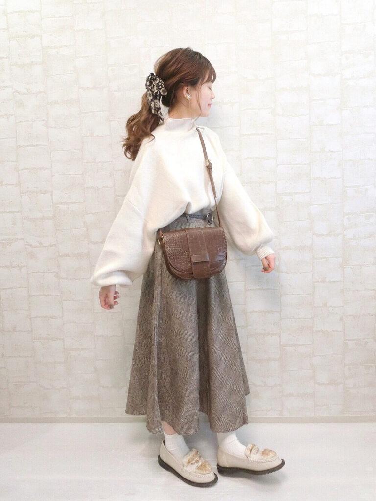 白のニットセーター×ブラウンのグレンチェックフレアスカート×ローファー