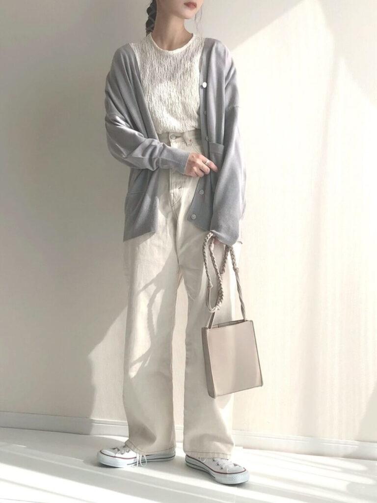 グレーのカーディガン×白T×白のワイドパンツ×白スニーカー