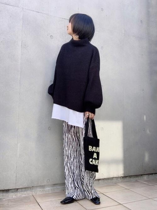 ニットセーター×白のTシャツ×ゼブラ柄のパンツ×黒のパンプス