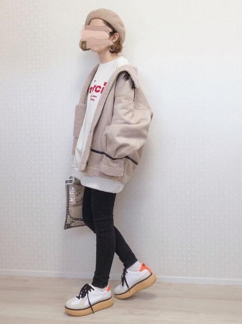 スキニーパンツ×ベージュのジャケット×白のスエット×白のスニーカー