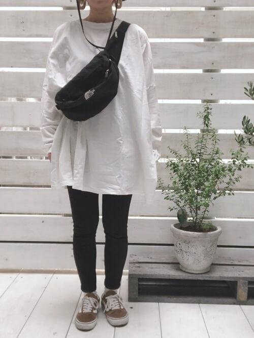 スキニーパンツ×白のTシャツ×ベージュのスニーカー×黒のウエストポーチ