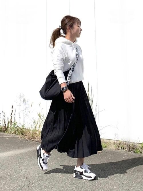 黒のプリーツスカート×白のパーカー×白のスニーカー×黒のショルダーバッグ