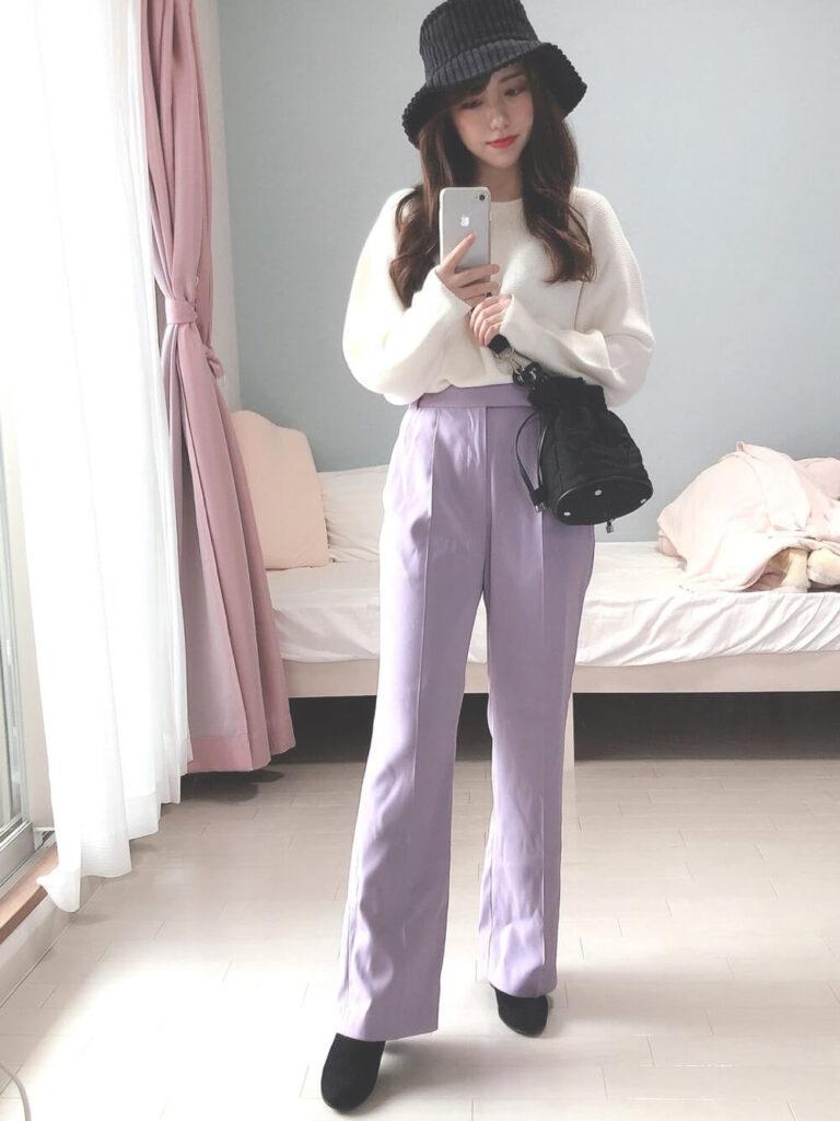 白のニットセーター×パープルのフレアパンツ×ブーツ×ハット