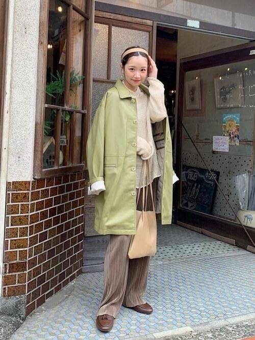 緑のテーラードジャケット×ベージュのメロートップス×ブラウンのプリーツパンツ×ブラウンのローファー