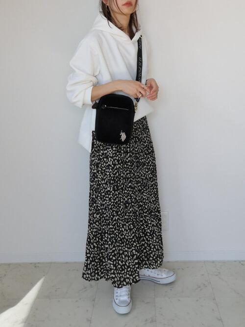 白のパーカー×黒のスカート×白のスニーカー×黒のショルダーバッグ