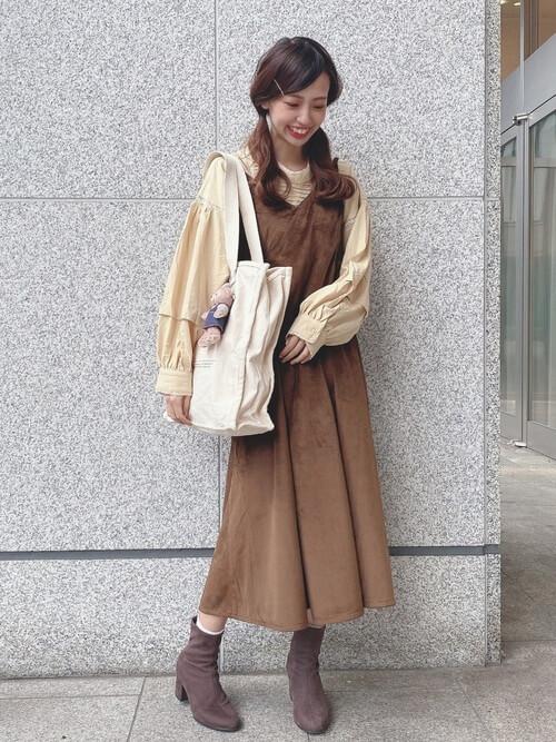 茶色のショートブーツ×ブラウンのワンピース×ベージュのシャツ×白のバッグ